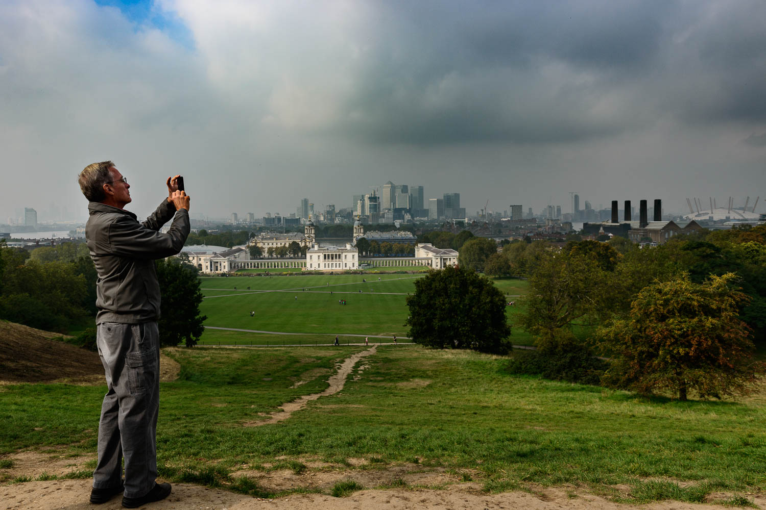 Idiot with iPhone far more important than 100 peopel behind the barriier taking their pictures at Greenwich Observatory
